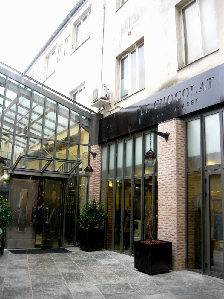 La manufacture du chocolat alain ducasse in paris for Showroom cuisine paris