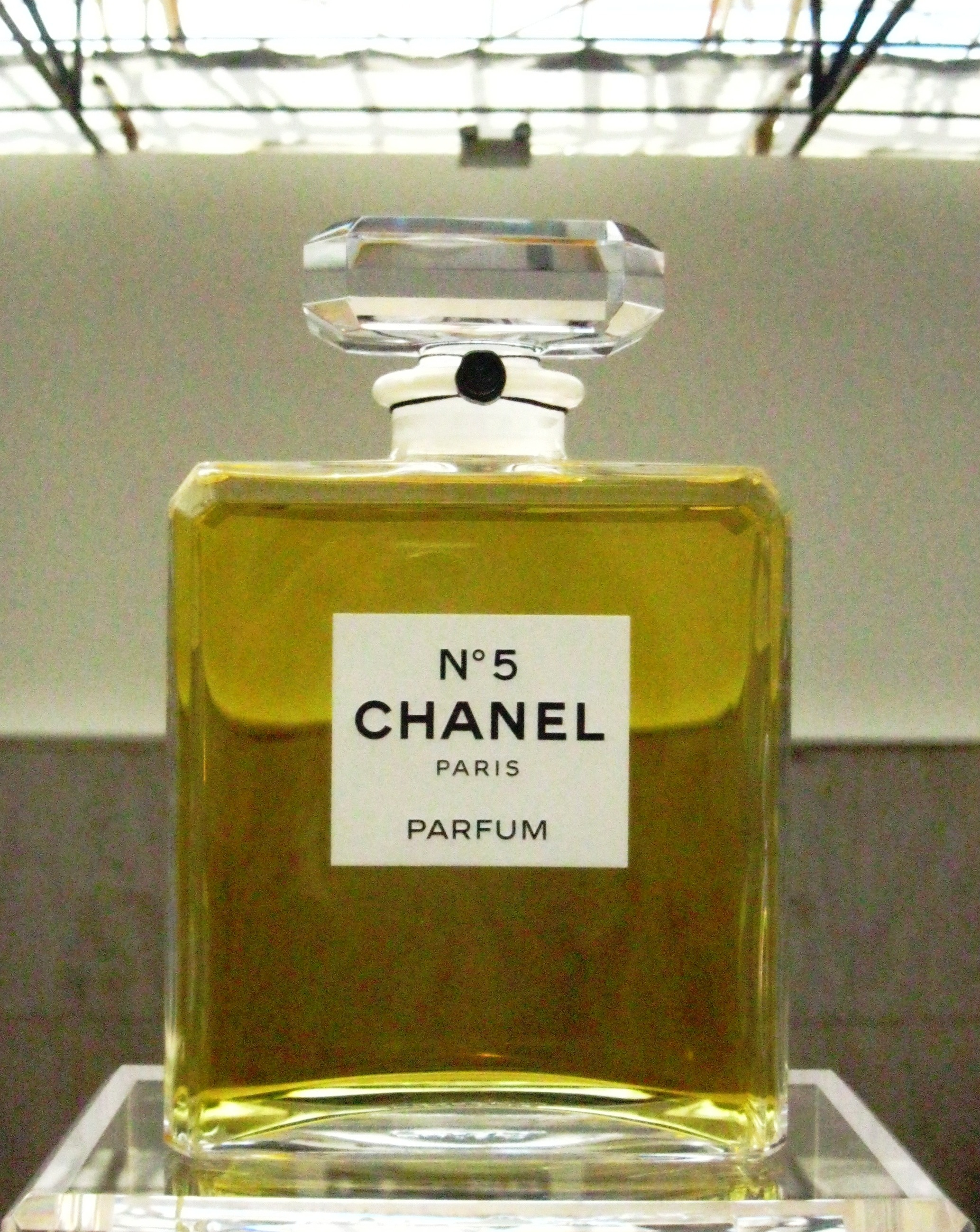 chanel n 5 an exhibition for a myth in paris ritournelle. Black Bedroom Furniture Sets. Home Design Ideas